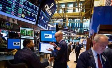 Wall Street abre al alza en primer día de actividades de 2017
