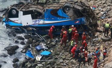 Perú 25 personas murieron al caerse un ómnibus por un precipicio