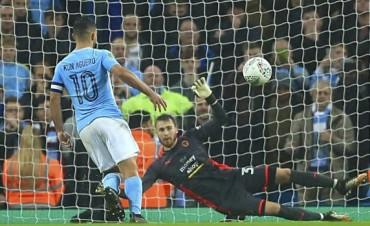 Manchester City ganó con tres goles del Kun y es líder de la Premier League