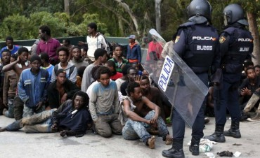 africanos migrantes rompieron vallas en Ceuta