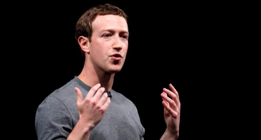 Zuckerberg es citado por la filtración de datos de Facebook