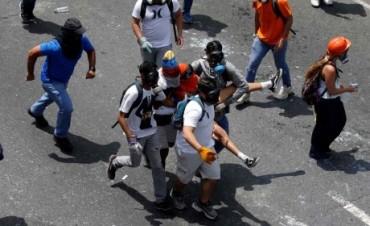 Fusilan a dos estudiantes en protestas opositoras en Venezuela