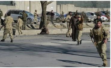 Afganistán: Al menos 60 muertos tras ataque talibán a base militar