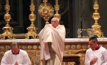 El Papa celebro en Roma el Corpus Christi y pide nos dejemos 'partir' para los demás