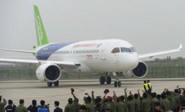 El primer avión de construcción china empieza sus vuelos de prueba