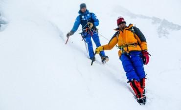 Milagroso rescate de un alpinista abandonado por su expedición a 7.100 metros