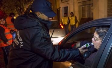 Agentes municipales realizan controles vehiculares y de alcoholemia