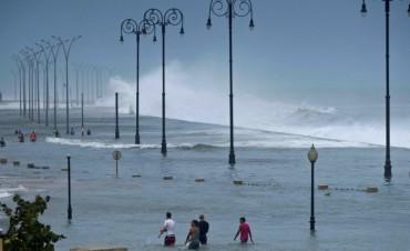 El gobierno evacúa a 77 argentinos damnificados por el huracán Irma