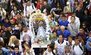 Miles de personas participan de una nueva peregrinación de fe hacia Luján