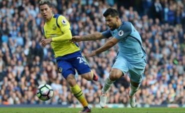 El 'Kun' Agüero falló otro penal en el empate del Manchester City