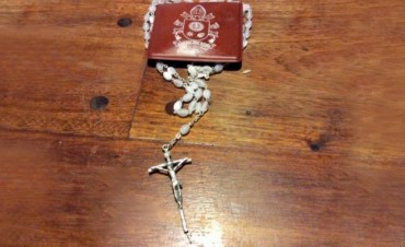 El papa le mandó un rosario a Gils Carbó