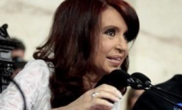 Sin la presencia de ministros ni militancia, Cristina Kirchner permanece internada