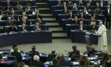 Seis diputados españoles abandonan la Eurocámara durante el discurso del Papa