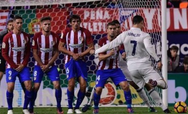 Cristiano abre el marcador con un tiro libre (0-1)