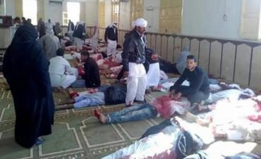 Al menos 85 muertos en un atentado contra una mezquita en Egipto