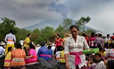 Unas 100.000 personas evacuadas por la inminente erupción de volcán Agung