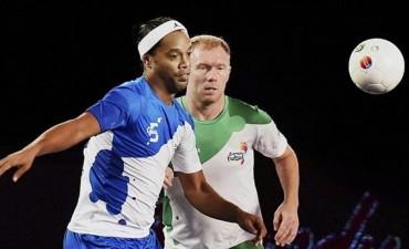 El show de Ronaldinho en la Premier League de fútsal en India