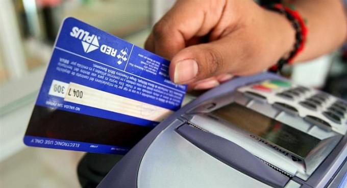 Dujovne: Las compras con débito no tendrán la devolución de 5% de IVA