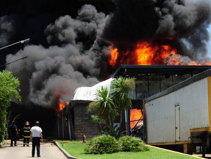 Fábrica de colchones en Avellaneda se incendia