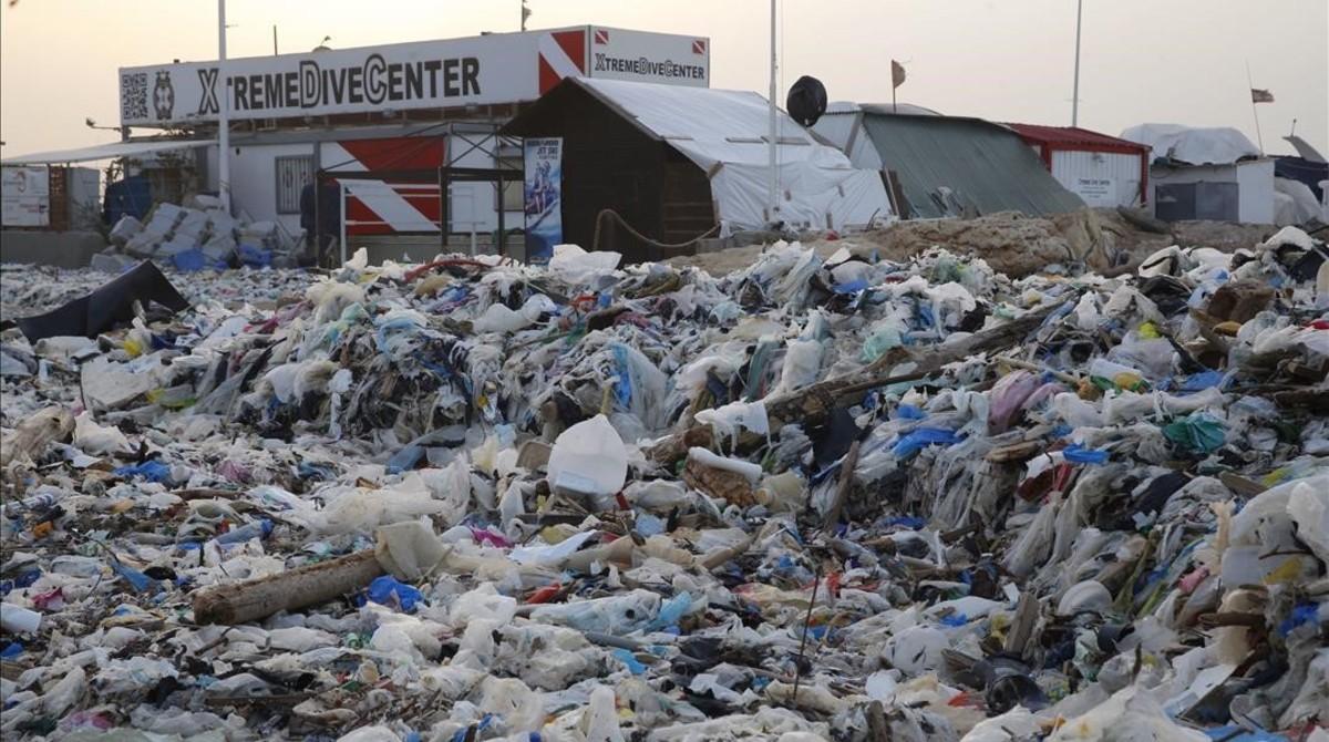 Un temporal llena las playas de El Líbano de toneladas de basura