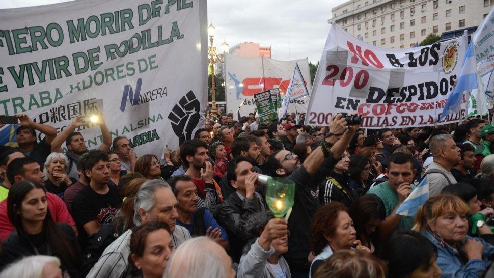 Sindicatos y opositores protestan contra alza de tarifas