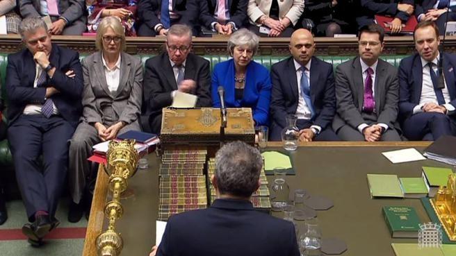 Theresa May salva la moción de censura