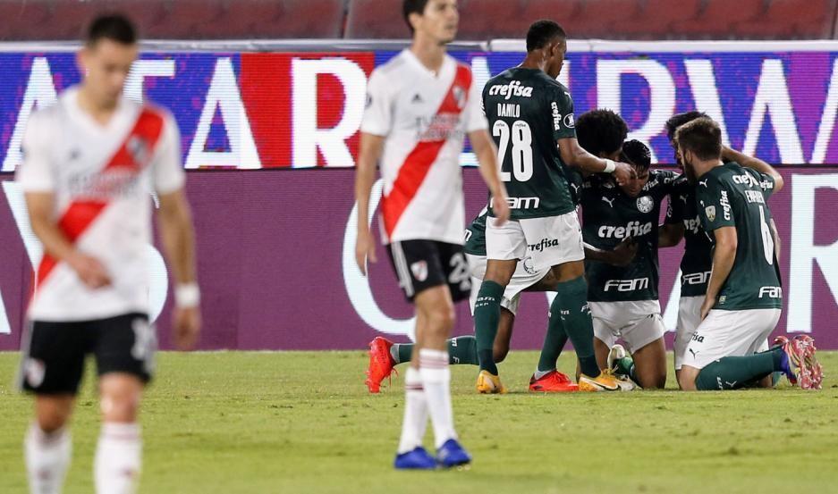 Palmeiras goleó a River y lo complicó