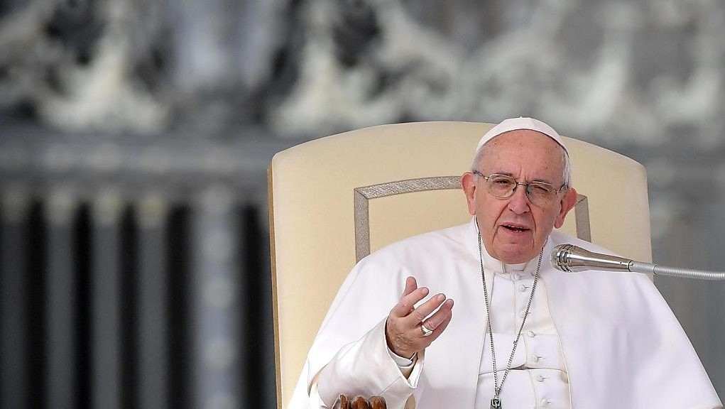 El Papa le otorga un lugar a las mujeres en el altar