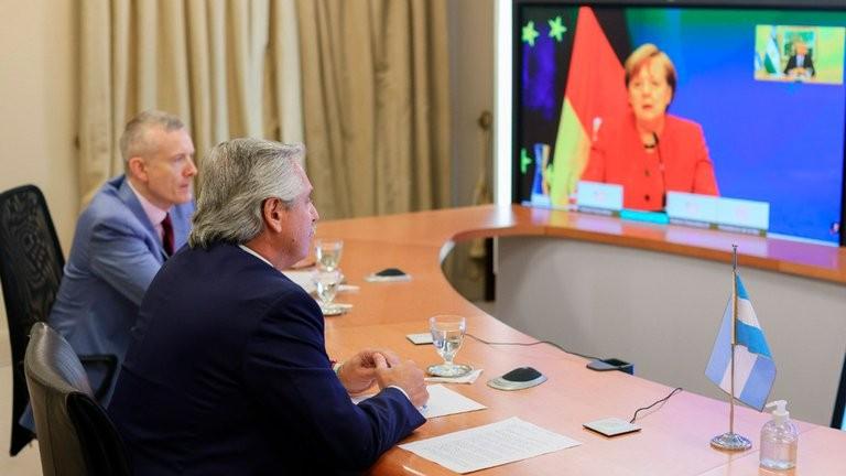 Fernández habló con Merkel y le pidió apoyo en la negociación con el FMI