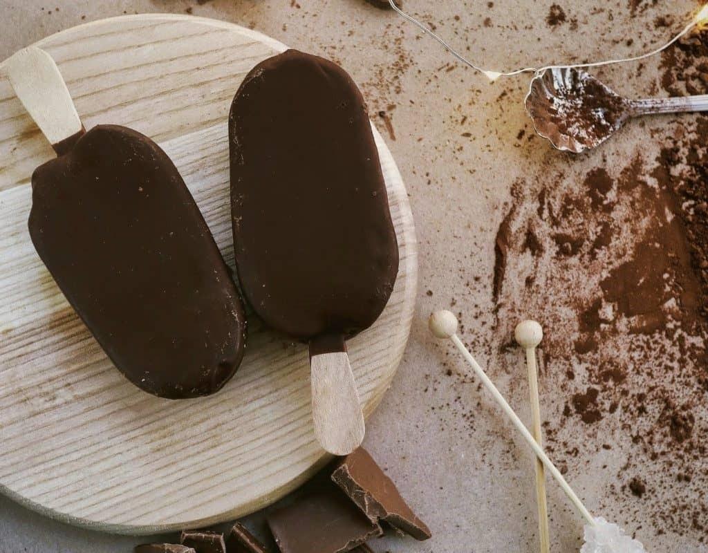 Paleta de helado de vainilla bañadas de chocolate