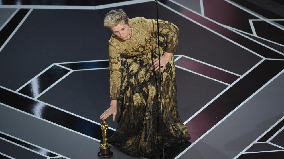 Oscars 2018: Un hombre roba el Oscar a Frances McDormand en la fiesta oficial