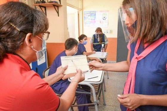 Vacunan a docentes de la escuela barrio Autódromo