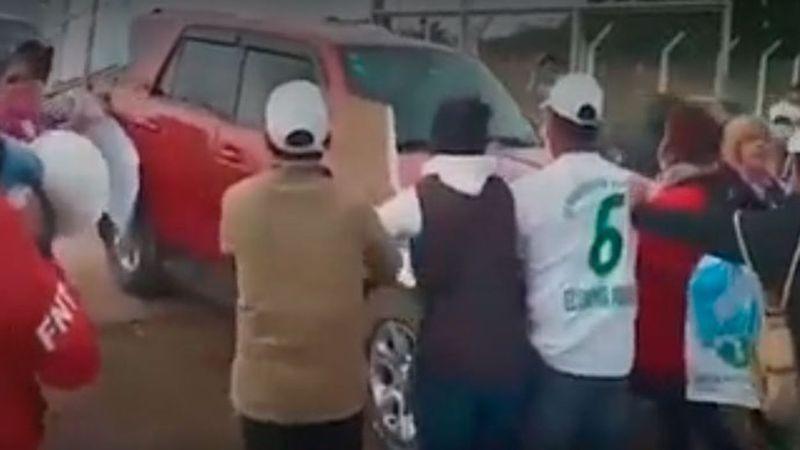 """Evo Morales es recibido con huevazos y le gritaron """"pedófilo"""""""