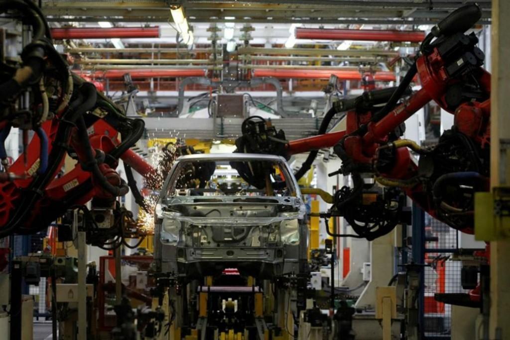 Decrece la producción automotriz
