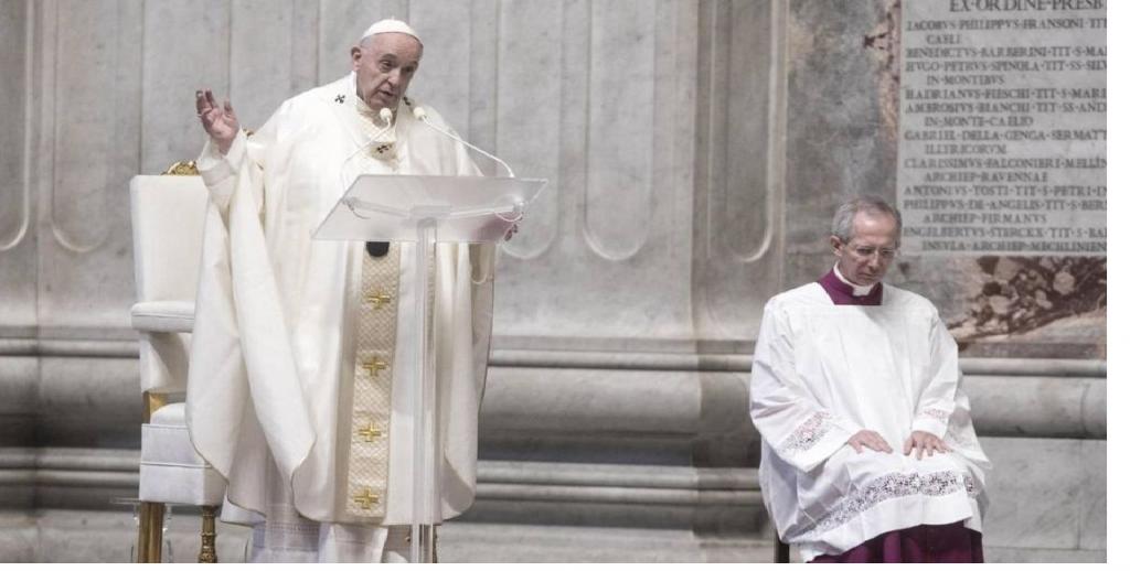 Francisco, encabezó el Vía Crucis histórico en una plaza completamente vacía