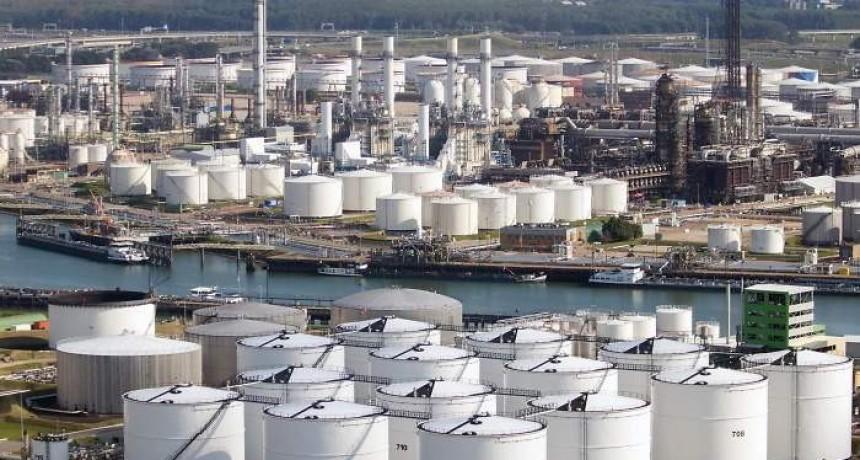 El petróleo sobra en el mundo y amenaza con hundir su precio a mínimos de 1999