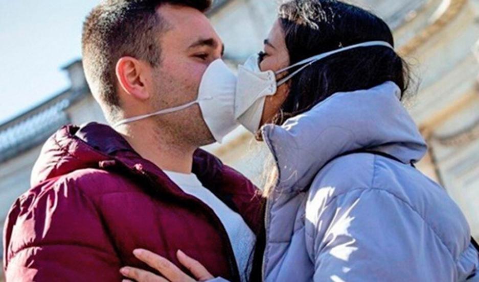 La pandemia eliminò el beso en el saludo
