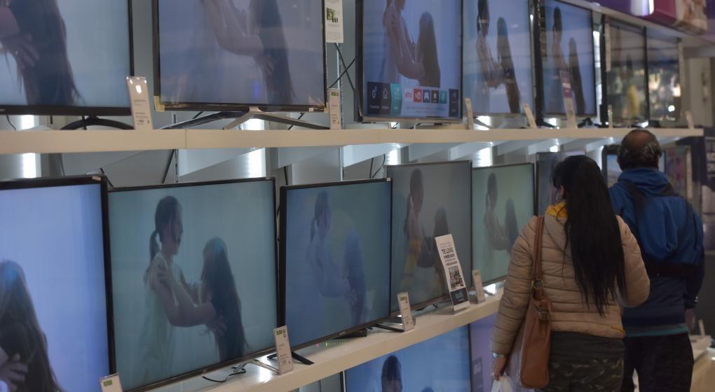 """Acuerdan precios 'congelados"""" para celulares, televisores, aires y laptops"""