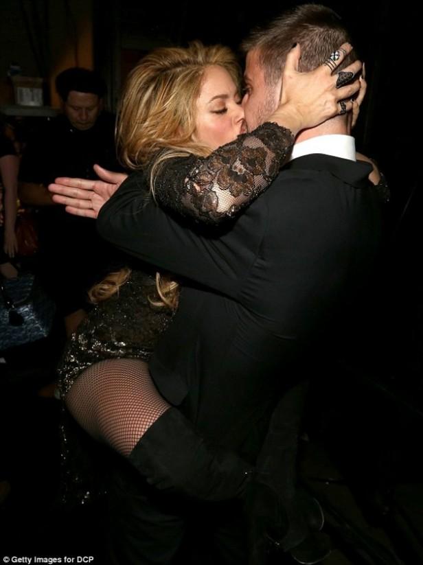Furor por el beso de Shakira a Piqué
