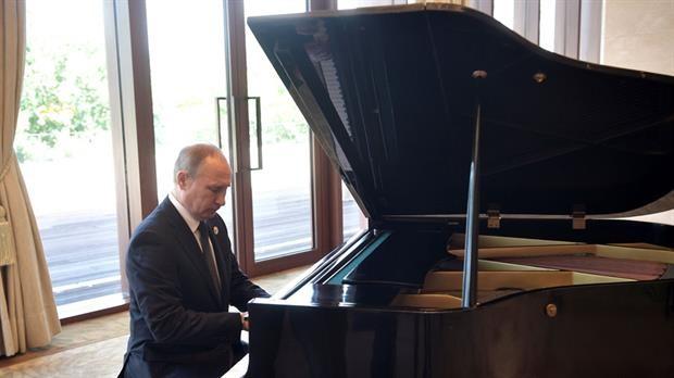 Vladimir Putin tocar el piano en China mientras esperaba a Xi Jinping