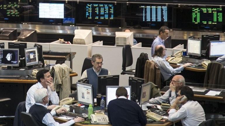 El dólar aumenta y la bolsa desciende por ventas de activos