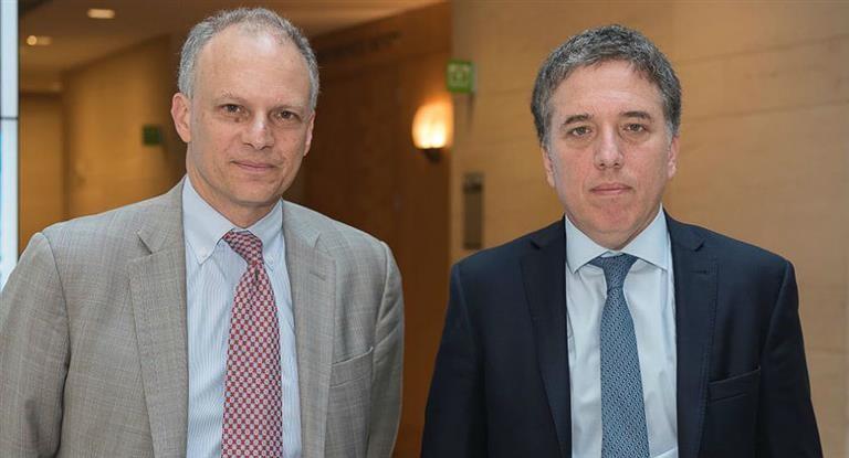 Dujovne negocia con el FMI un crédito bajo la modalidad