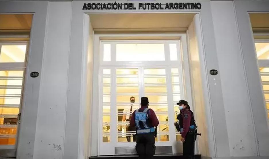 Allanaron la sede de la AFA en una causa por lavado de dinero y defraudación