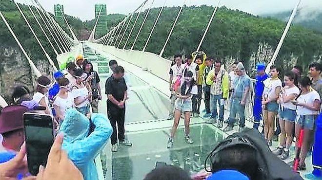 Ponen a prueba el puente de vidrio más largo del mundo