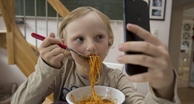 El celular daña la salud emocional en los niños