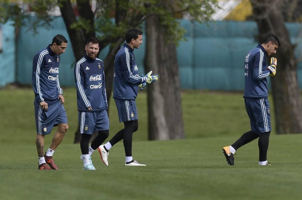 La selecciòn práctica en el patio de la casa de Lionel Messi