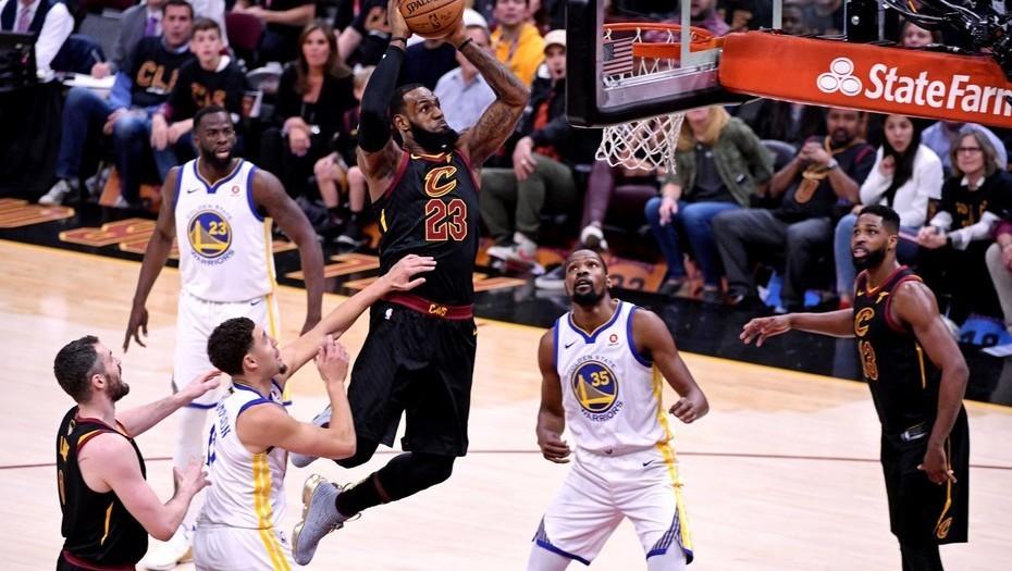 La espectacular volcada de LeBron James, como en el Juego de las Estrellas pero en las Finales de la NBA