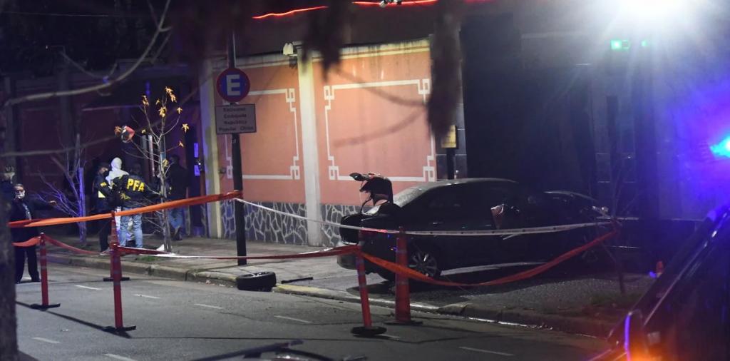 Un auto se incrustó contra el portón de la Embajada de China en Buenos Aires