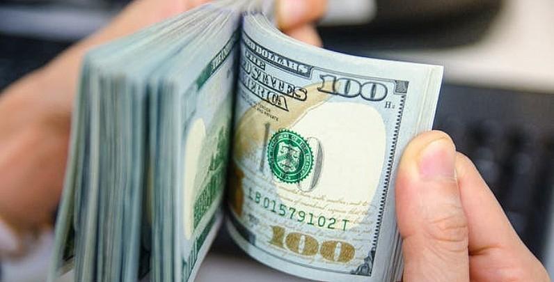 El dólar informal subió por tercera jornada al hilo