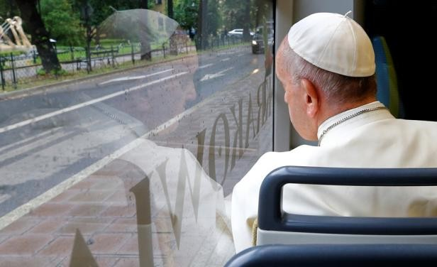El Papa viajó en un tranvía para visitar un parque en Polonia